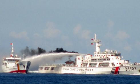 Tuần duyên Đài Loan phun vòi rồng vào tàu cá Việt Nam