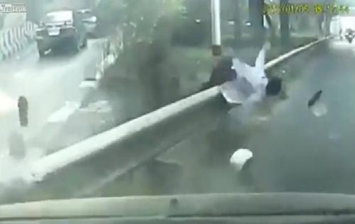 Bố đánh rơi con từ xe máy 2