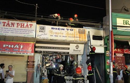 Cảnh sát dỡ nóc nhà ở trung tâm Sài Gòn chữa cháy 1