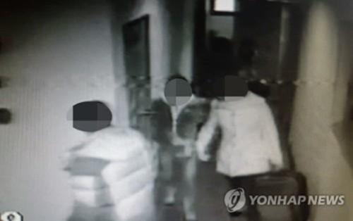 Những người Việt bỏ chạy khi bị bắt tại nhà nghỉ. Ảnh: Yonhap