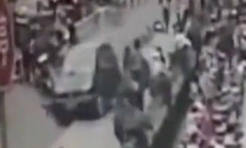 Chạy trốn cảnh sát, ôtô đâm hàng loạt người ở Trung Quốc