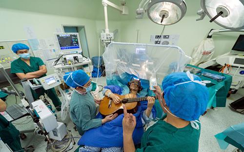 Nhạc sĩ Trung Quốc chơi đàn trong khi mổ não