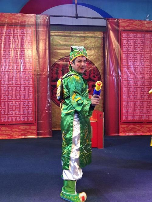 Nghệ sĩ Chí Trung tạo dánh 'nhắng nhít' trước giờ quay hình.