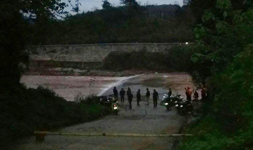 Vợ chồng chết đuối khi vượt qua cầu ngầm 1