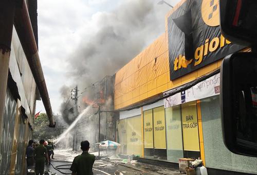 Cháy gara ở trung tâm Sài Gòn, 10 ôtô bị thiêu rụi 1