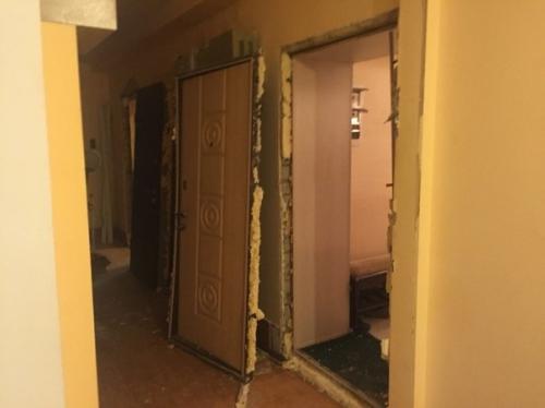 Cửa nhà bị phá trong cuộc lục soát của đặc nhiệm SBU. Ảnh:korrespondent