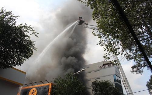 Thiệt hại hàng chục tỷ trong vụ cháy gara ôtô ở Sài Gòn 2