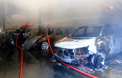 Thiệt hại hàng chục tỷ trong vụ cháy gara ôtô ở Sài Gòn 1