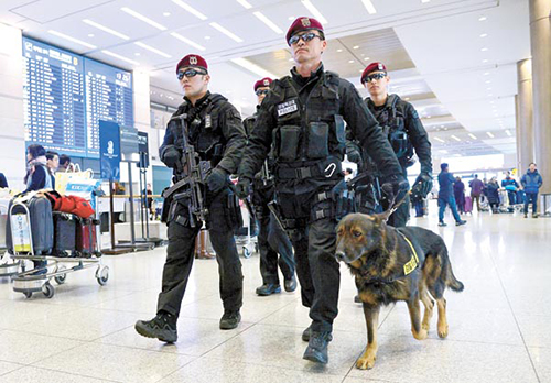 Cảnh sảtA special weapons and tactics team of the Incheon Metropolitan Police Agency and a sniffer dog patrol Incheon International Airport on Sunday, after a series of recent security breaches.