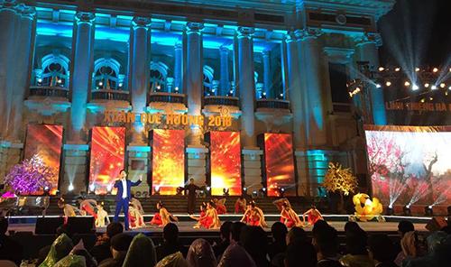 """Chương trình""""Xuân Quê hương 2016:Linh thiêng Hà Nội"""" diễn ra tại Quảng trường Cách mạng Tháng tám Hà Nội. Ảnh:"""