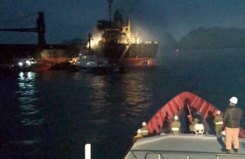 18 thuyền viên cầu cứu trên tàu nước ngoài bốc cháy