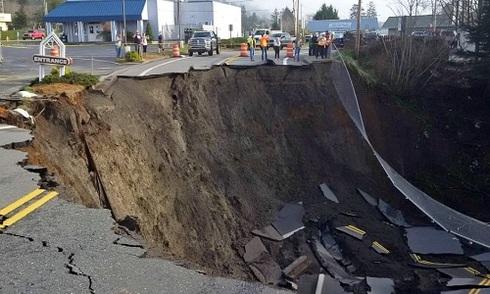 Hố tử thần khổng lồ nuốt chửng đường cao tốc Mỹ