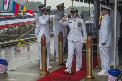 Nữ hạm trưởng chỉ huy tàu chiến Mỹ áp sát Hoàng Sa 2