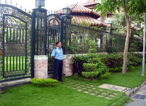 Người Sài Gòn thuê bảo vệ trông biệt thự ngày Tết