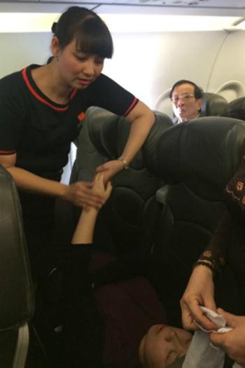 Nữ tiếp viên hàng không nhiều lần cấp cứu hành khách 1