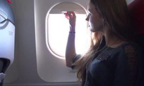 Tại sao phải kéo rèm cửa sổ lúc máy bay cất hạ cánh?