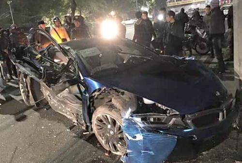 BMW i8 rụng bánh, nát sườn khi gặp nạn bên hồ Gươm 1