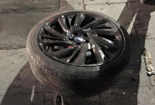 BMW i8 rụng bánh, nát sườn khi gặp nạn bên hồ Gươm 2