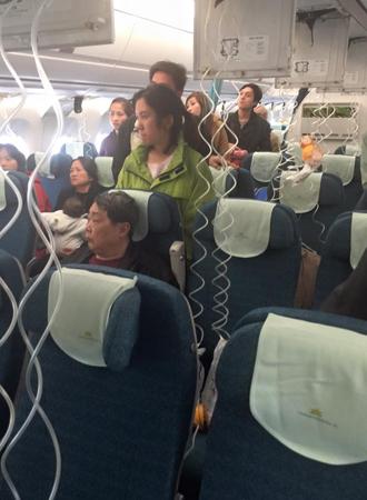 Máy bay giảm áp suất, một tiếp viên Vietnam Airlines bị thương 1