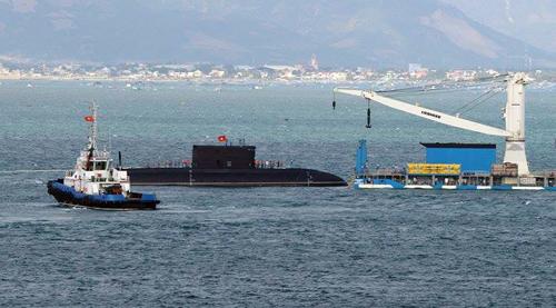 Tàu ngầm Kilo 186 tiến vào quân cảng Cam Ranh 1