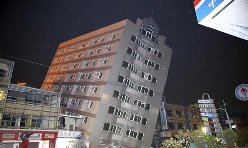 Động đất làm đổ chung cư 17 tầng ở Đài Loan