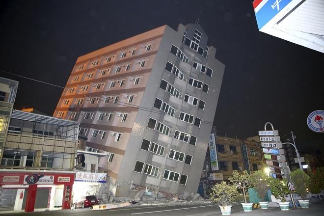 Nhà cửa đổ nát sau động đất ở Đài Loan - ảnh 1