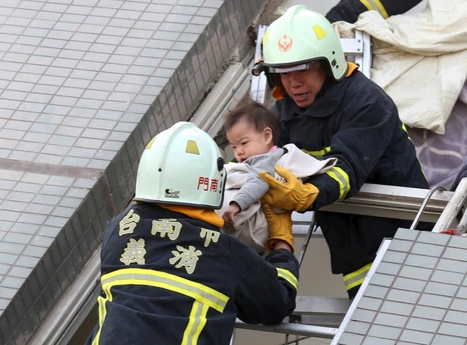 Nhà cửa đổ nát sau động đất ở Đài Loan - ảnh 8