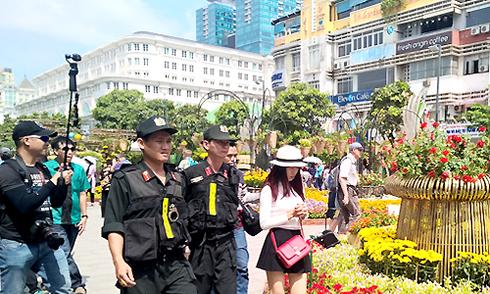 Cảnh sát mặc thường phục giữ an ninh đường hoa Nguyễn Huệ