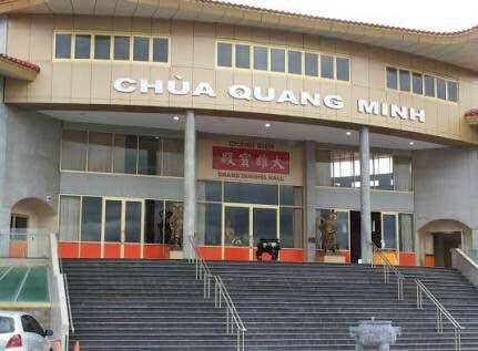 Chùa Quang Minh, ngôi chùa của cộng đồng người Việt Nam lớn nhất nhì Melbourne do khách thập phương quyên góp ủng hộ, nhưng đa phần là kiều bào Việt Nam. Là điểm đến đón giao thừa lý tưởng của các bạn du học sinh xa quê hương.