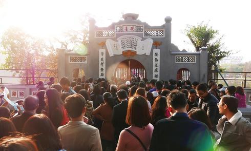 Đền Ngọc Sơn chật cứng người đi lễ đầu năm