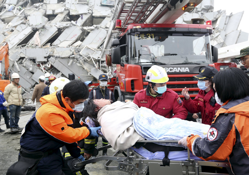 Hai người Đài Loan sống sót sau hai ngày kẹt dưới nhà sập