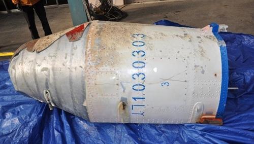 Mảnh vỡ nghi là từ tên lửa tầm xa Triều Tiên phóng ngày 7/2. Ảnh: Bộ Quốc phòng Hàn Quốc.