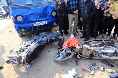 Ôtô tải đâm 3 xe máy đi chúc Tết, 5 người trong gia đình gặp nạn 1