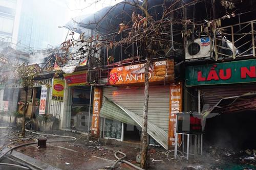 6 cửa hàng bị thiêu rụi trong đám cháy sáng mùng 4 Tết 1
