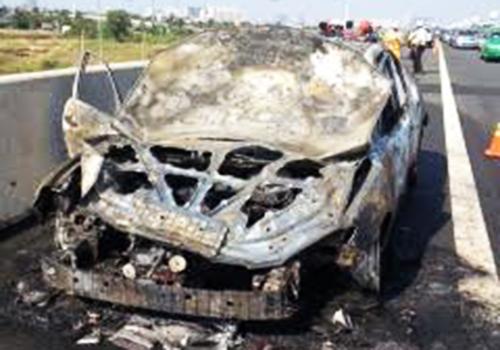 Ôtô cháy ngùn ngụt trên cao tốc Long Thành 2