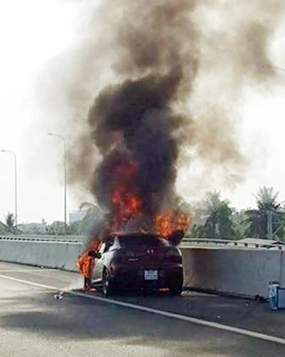 Ôtô cháy ngùn ngụt trên cao tốc Long Thành 1