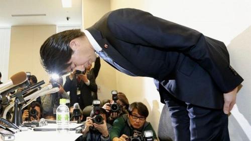 Miyazaki cúi đầu xin lỗi và từ chức hôm nay. Ảnh: AP