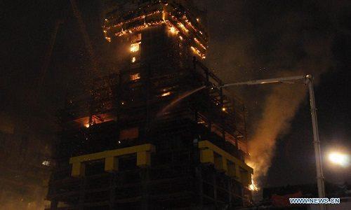 Lửa bốc cháy tại đỉnh tòa nhà Abu Dhabi Plaza. Ảnh: Xinhua
