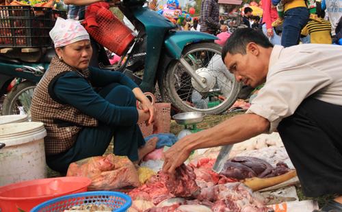 Chợ Chuộng còn bày bán nhiều sản vật địa phương như bánh đa gấc, bánh cuốn, các loại rau củ quả hay thịt bò, thịt lợn và các loại cây con giống. Ảnh: Lê Hoàng.
