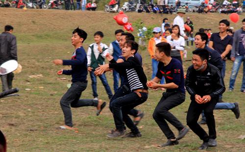 Một nhóm thanh niên hô hoán đuổi ném một nhóm khác ở chợ Chuộng. Ảnh: Lê Hoàng.
