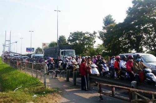 Hàng trăm nghìn người đổ về, các cửa ngõ Sài Gòn ùn ứ 3