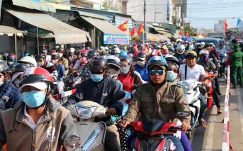 Hàng trăm nghìn người đổ về, các cửa ngõ Sài Gòn ùn ứ 1