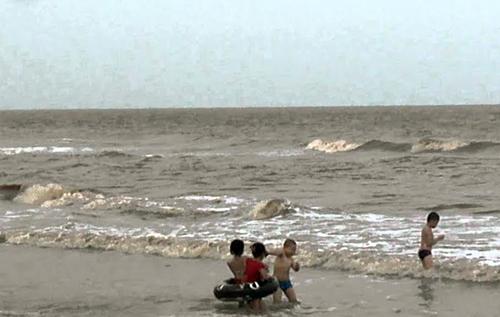 Hai du khách chết đuối khi tắm biển ngày Tết 1