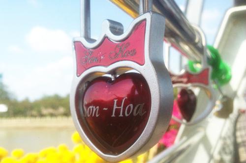 Hàng loạt khóa tình yêu trên cầu đi bộ ở Cần Thơ 2