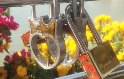 Hàng loạt khóa tình yêu trên cầu đi bộ ở Cần Thơ 1