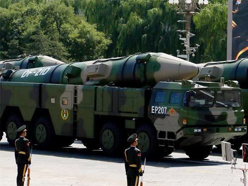 Tên lửa Trung Quốc thổi bùng tranh cãi về số phận tàu sân bay Mỹ 2