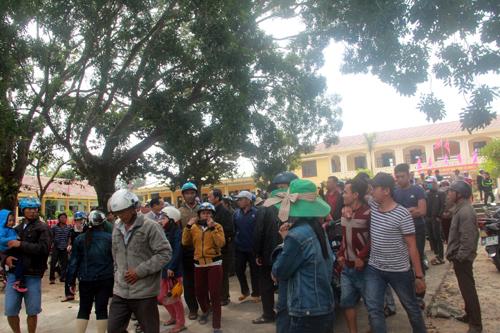 Người dân vây trụ sở xã phản đối phá rừng, nuôi tôm 1
