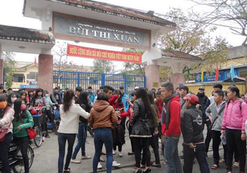 Nữ sinh lớp 10 bị đánh hội đồng ngay trước cổng trường 1