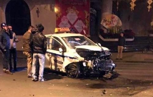 Nghi vấn hai ôtô vượt đèn đỏ, đâm taxi 2