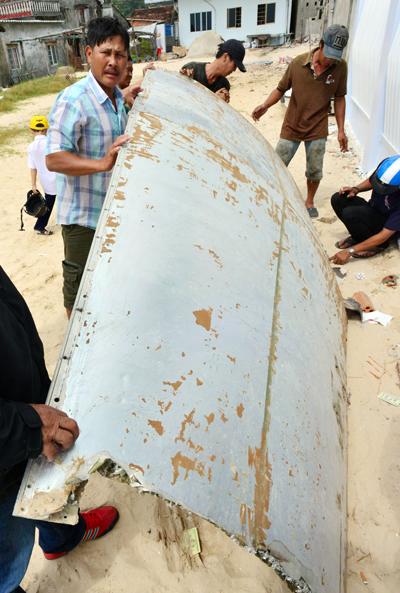 Mảnh vỡ nghi của máy bay ở biển Khánh Hòa 2